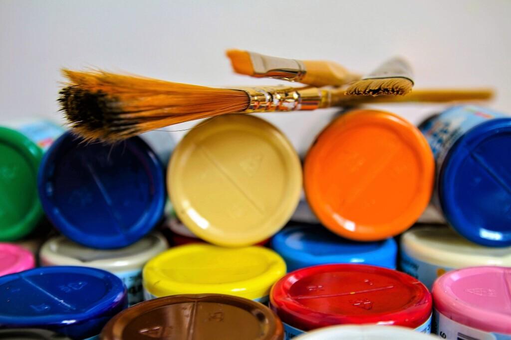 flacons, tubes et pots de peinture