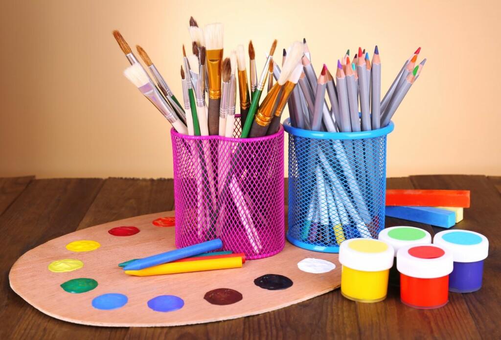 peintures et crayons