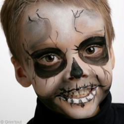 4. Etape 3 : Utiliser un crayon noir pour terminer ce maquillage de squelette