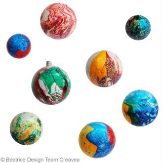 Boules de Noël marbrées avec les enfants