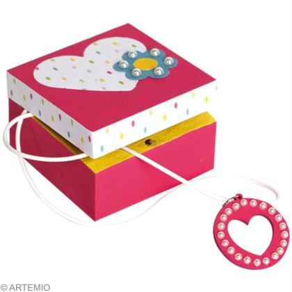 bricolage de f te des m res petite boite cadeau et collier coeur id es conseils et tuto f te. Black Bedroom Furniture Sets. Home Design Ideas
