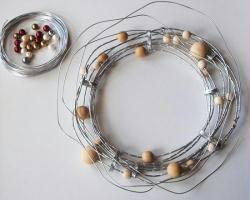 5. Placer les perles de couleur sur la couronne