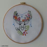 DIY Broderie tendance : Tête de cerf géométrique avec couronne de fleurs