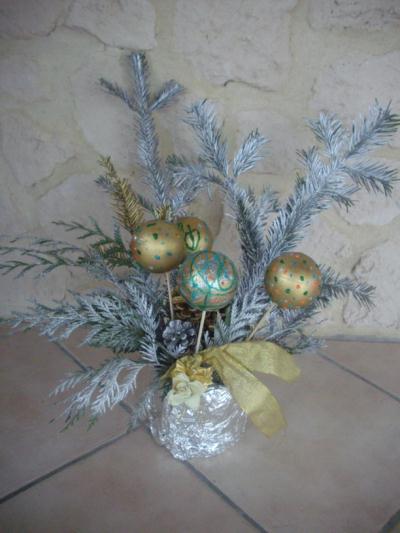 Pot décoré avec boules de noël et branche de sapin