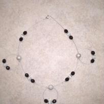 Collier en perles noires et blanches sur fil