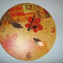 Pendule peinte avec chiffre en bois, fleur et feuille