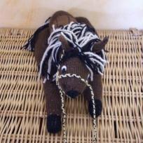 Cheval en tricot de 36 cm de longueur