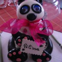 Lilly la panda aux yeux bleus et gros noeud rose !