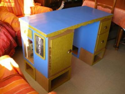 Bureau adulte jaune et bleu en carton cr ation meuble en for Meuble bureau jaune