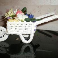 Brouette garnie porte dragees en crochet blanc