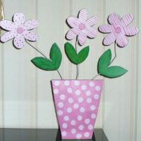 Marguerites printanières dans leur vase à pois