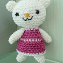 Petite oursonne à la robe rose au crochet