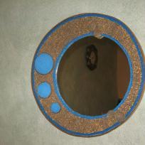 Miroir en carton sphérique avec pois bleus