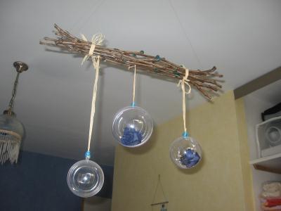 Suspension Florale, branchage et boules plastiques