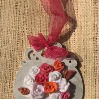 Suspension en bois avec roses en fimo