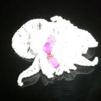 Orchidé blanche avec perles roses