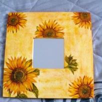 Miroir tournesols sur fond jaune paille