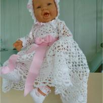 Robe de bapteme  poupon en crochet blanc et rose