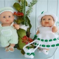 Malko et Paola avec habits en laine layette vert et blanc