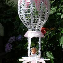 Montgolfiére rose avec ruban blanc et poupée