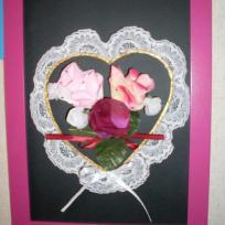 Coeur en dentelle avec des roses en son centre