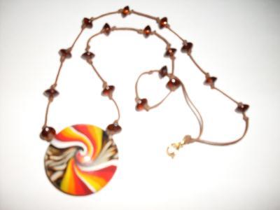 Pendentif spirale en pâte fimo et perles marron