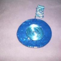 Pendentif bleu pailleté en pâte fimo entouré de fil en alumi