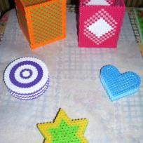 Boîtes colorée de diverses formes