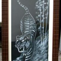 Tigre sortant de la forêt