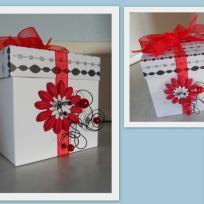 Boîte cadeau blanc au noeud rouge -  façon scrapbooking
