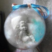 Mon ange dans boule de noël translucide