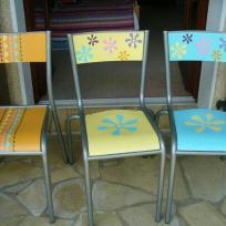 Du jaune au bleu - relooking chaises d'école d'antan