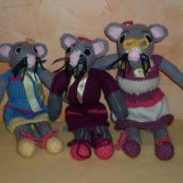Trio de souris en robes tricotées main