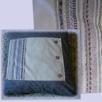 Coussin bleu brodé aux boutons de nacre