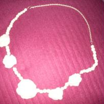 Collier aux roses blanches