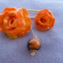 Broche dorée avec deux roses jaune orangé et perle ronde
