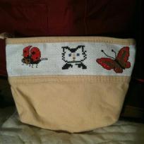 Petite pochette brodée au point de croix chat et insectes
