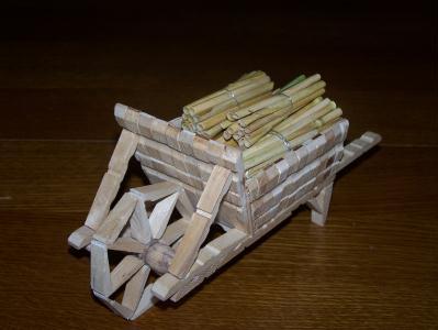 Brouette en pinces a linge cr ation cr ation en pinces - Que faire avec des pinces a linge en bois ...