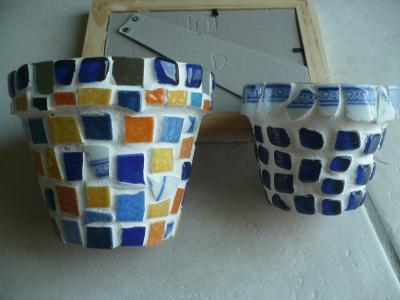 Pots terre cuites bleus et vaisselle brisée