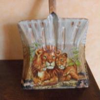Pelle décorée _ Famille de Lions
