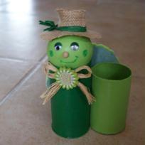 Pot à crayon vert en rouleaux de carton  - Lulu la tortue.