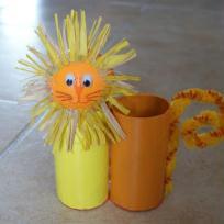 Pot à crayons jaune en rouleaux de carton - Léon le lion.