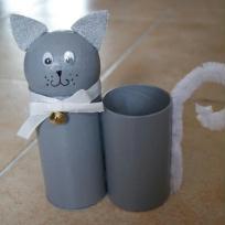 Pot à crayons ris en rouleaux de carton - Sacha le chat.