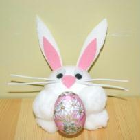 Petit lapin calin et son oeuf de Pâques