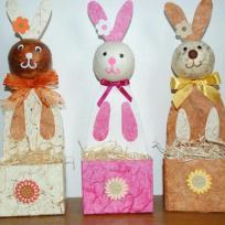 Lapins de Pâques avec une brique de lait