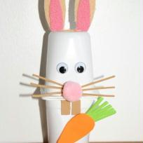 Lapin de Pâques avec des pots de yaourts