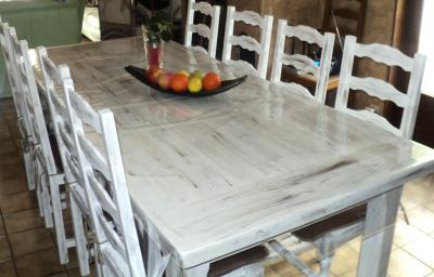 Peinture sur table en bois et chaises cr ation peinture for Peindre une table