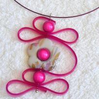 Création bijoux : médaillon tout en fleur , sangle de silicone et perles magiq