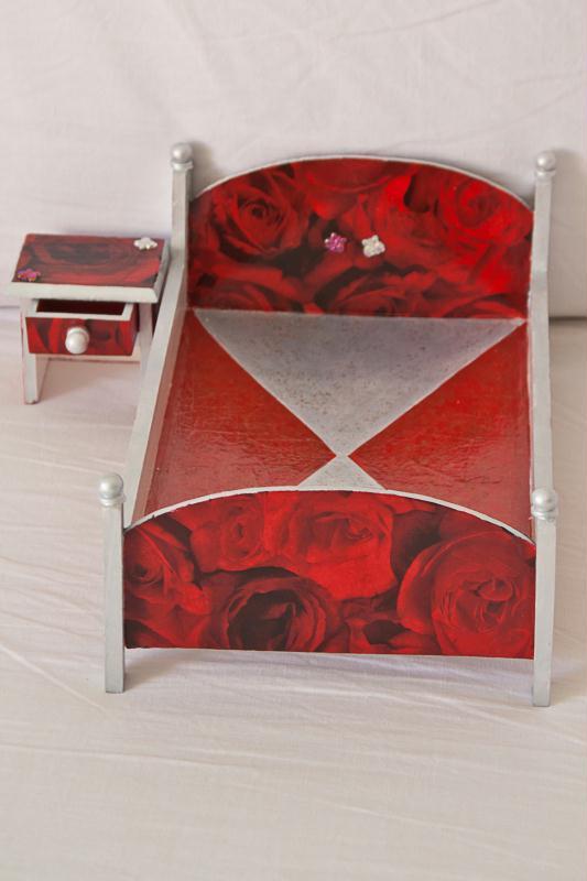 Cr ation lit et chevet pour nounours qui aime le rouge - Lit estraderaisons pour aimer le lit estrade ...