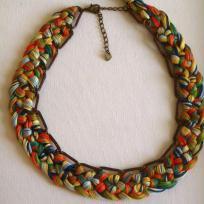 Création collier tressé - en fil à broder multicolors